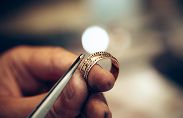 What are the steps taken by the BIS to enforce the standard of gold hallmarking?