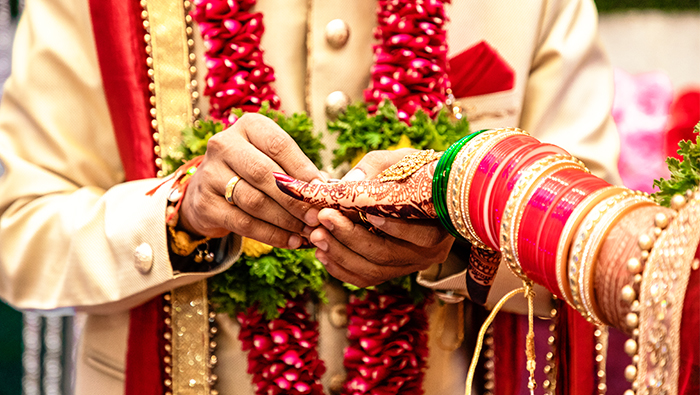 Why is gold considered auspicious in wedding ceremonies?