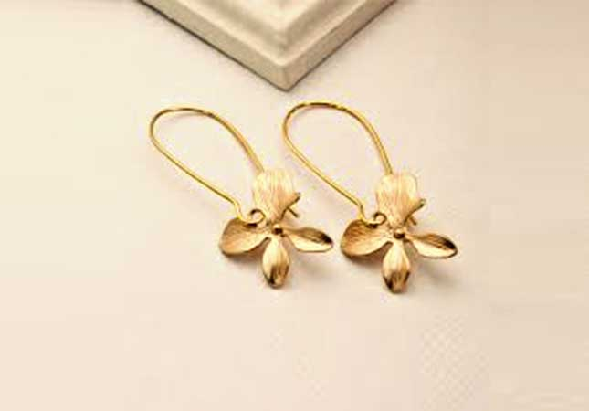 Tasteful matte gold earring
